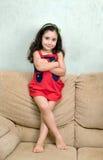 Kleines Mädchen und gefaltete Arme Lizenzfreie Stockfotografie