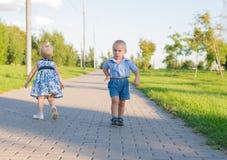 Kleines Mädchen und Junge Lizenzfreies Stockfoto