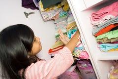 Kleines Mädchen und Kleidung Lizenzfreie Stockfotos