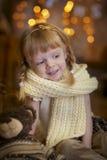 Kleines Mädchen an Weihnachtsabend Stockbilder