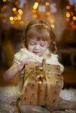 Kleines Mädchen an Weihnachtsabend Stockbild