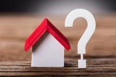 Kleines Modell House By Question Mark On Wood lizenzfreies stockbild