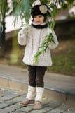 Kleines modernes Mädchen in der warmen Kleidung Stockbilder