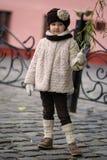 Kleines modernes Mädchen in der warmen Kleidung Lizenzfreie Stockfotos