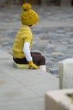 Kleines modernes Mädchen in der warmen Kleidung Stockfoto
