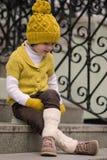Kleines modernes Mädchen in der warmen Kleidung Stockfotos