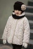 Kleines modernes Mädchen in der warmen Kleidung Stockfotografie