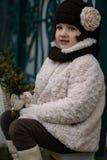 Kleines modernes Mädchen in der warmen Kleidung Lizenzfreies Stockbild