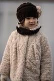 Kleines modernes Mädchen in der warmen Kleidung Lizenzfreies Stockfoto