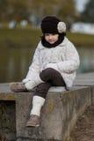 Kleines modernes Mädchen in der warmen Kleidung Lizenzfreie Stockfotografie
