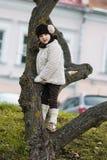 Kleines modernes Mädchen in der warmen Kleidung Stockbild
