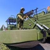 Kleines modernes Militärseeboot mit einem Maschinengewehr im Bogen und Soldat ` s Mannequin lizenzfreie stockfotografie