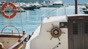 Kleines Motorboot festgemacht am Dock stock video