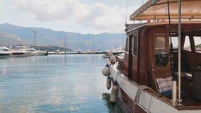 Kleines Motorboot festgemacht am Dock stock footage