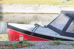Kleines Motorboot am Pier am Kanal Weicher Fokus stockbild