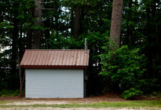 Kleines mysteriöses Gebäude versteckt in einem Wald Lizenzfreie Stockfotografie