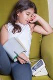 Kleines nahöstliches Mädchen, das krankes schlechtes glaubt und digitales Blutdruckgerät hält Lizenzfreie Stockfotos