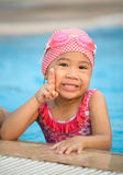 Kleines nettes asiatisches Mädchen auf Bikiniklage Lizenzfreies Stockfoto