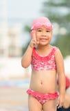 Kleines nettes asiatisches Mädchen auf Bikiniklage Stockfotos