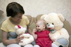 Kleines nettes Baby und Mutter Stockbild