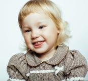 Kleines nettes blondes Mädchen lokalisiert auf weißer Hintergrund glücklichem smili Lizenzfreies Stockfoto