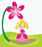 Kleines nettes feenhaftes Mädchen unter einer großen Blume Stockfotografie
