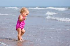 Kleines nettes glückliches Mädchen badet im Meer, Italien, im Freien Stockfoto