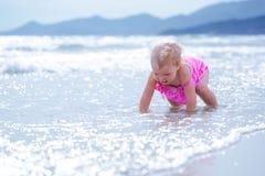 Kleines nettes glückliches Mädchen badet im Meer, Italien, im Freien Stockbilder