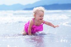 Kleines nettes glückliches Mädchen badet im Meer, Italien, im Freien Lizenzfreies Stockbild