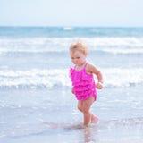 Kleines nettes glückliches Mädchen badet im Meer, Italien, im Freien Stockfotos