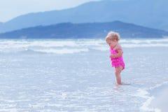 Kleines nettes glückliches Mädchen badet im Meer, Italien, im Freien Lizenzfreie Stockfotografie