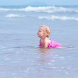 Kleines nettes glückliches Mädchen badet im Meer, Italien, im Freien Stockfotografie