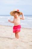 Kleines nettes glückliches Mädchen badet im Meer, Italien, im Freien Stockbild