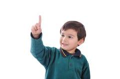 Kleines nettes Kind, das digitale Tasten bedrängt Stockfoto