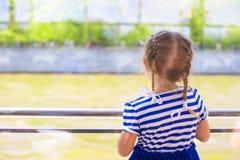 Kleines nettes Mädchen, das über dem Fluss vom Luxusschiff schaut stockbilder
