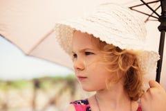 Kleines nettes Mädchen, das einen Regenschirm hält Lizenzfreies Stockfoto