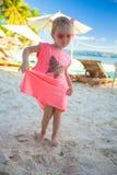 Kleines nettes Mädchen, das Ferien auf dem Strand genießt stockbild