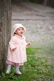 Kleines nettes Mädchen, das nahe alter Wand steht Lizenzfreies Stockfoto