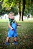 Kleines nettes Mädchen in der blauen Klage mit grünem Halstuch Lizenzfreie Stockbilder