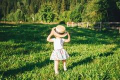 Kleines nettes Mädchen im Hutnahaufnahmeporträt Stockfotos