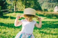 Kleines nettes Mädchen im Hutnahaufnahmeporträt Stockfoto