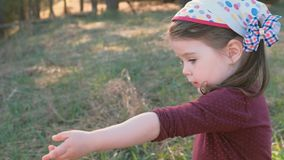 Kleines nettes Mädchen lächelt und zeigt Blumenstrauß von trockenen Blumen zur Kamera Kindheit im Dorf stock video