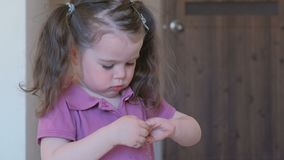 Kleines nettes Mädchen mit Farbennägeln mit blauem Lack stock video