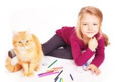 Kleines nettes Mädchen mit farbigen Bleistiften und roten der Katze, die auf dem Boden liegt Lizenzfreie Stockfotos
