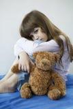 Kleines nettes Mädchen mit Teddybären lizenzfreies stockbild