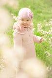 Kleines nettes Mädchen nahe einem blühenden Baum Lizenzfreies Stockfoto
