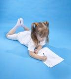 Kleines nettes Mädchen skizziert Lizenzfreie Stockfotografie