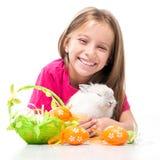 Kleines nettes Mädchen und Kaninchen Lizenzfreies Stockbild