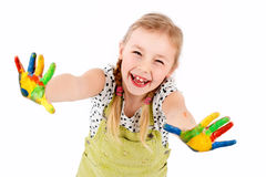 Kleines nettes Mädchen, das mit Farben spielt Stockbild