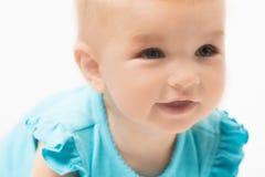 Kleines nettes Schätzchenmädchen im Blau Lizenzfreies Stockbild